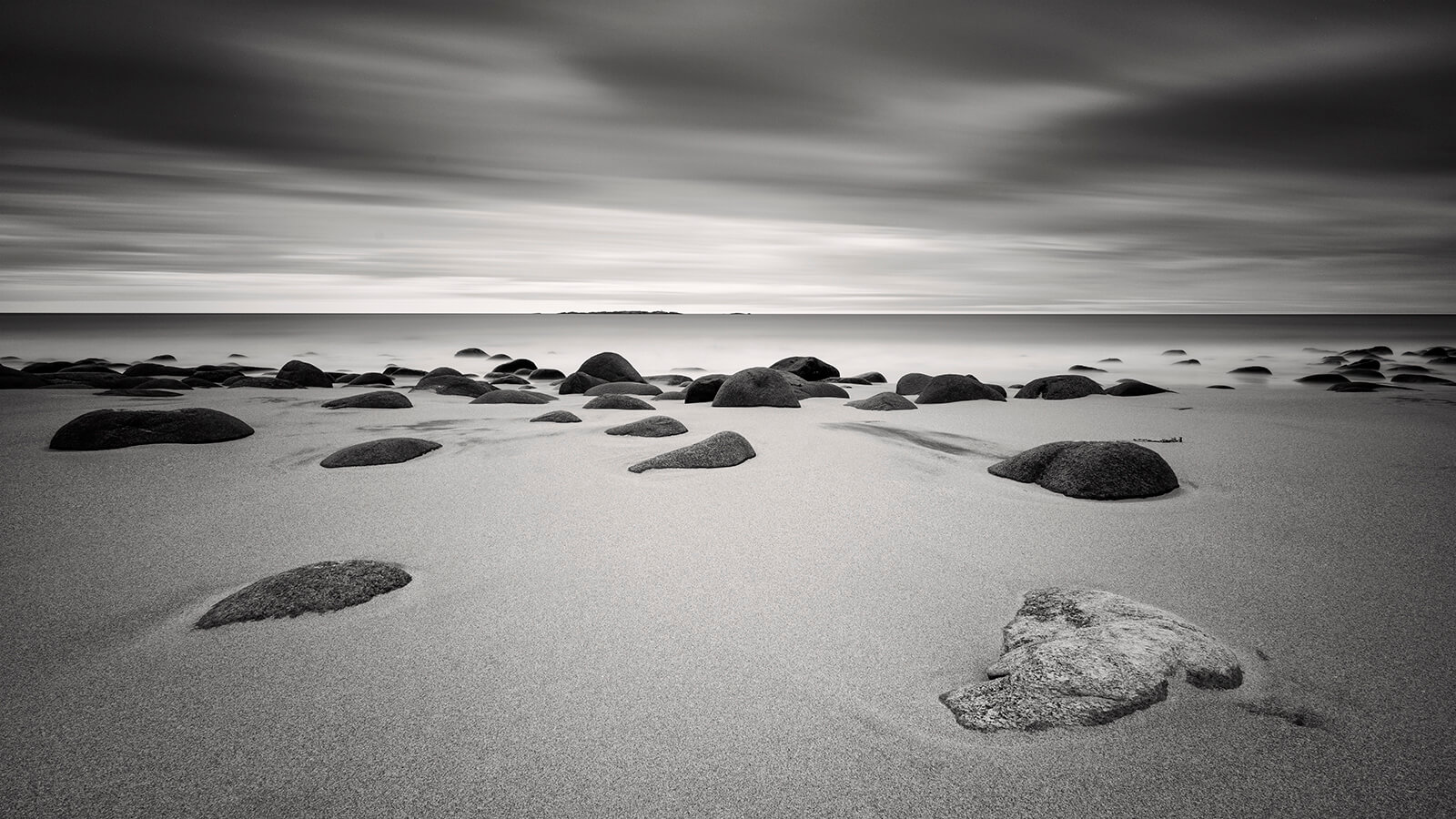 Rocks and white sand at Uttakleiv beach, Lofted Norway - By Joakim Jormelin